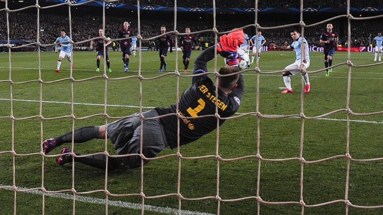 حارس برشلونة الألماني مارك أندريه تير شتيجن يصد ركلة جزاء للاعب مانشستر سيتي سيرجيو أجويرو