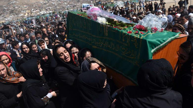 ناشطات أفغانيات يحملن نعش ضحية