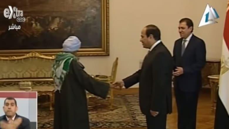 بالصور: السيسي يكرّم امرأة مصرية تنكرت بزي الرجال 42 عاما ومسحت الأحذية لإعالة ابنتها اليتيمة