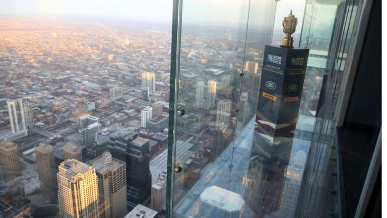يزوره في كل عام 1.5 مليون سائح للصعود إلى سطحه ودخول صندوق زجاجي يمتد خارج السطح لمسافة 4.3 قدم