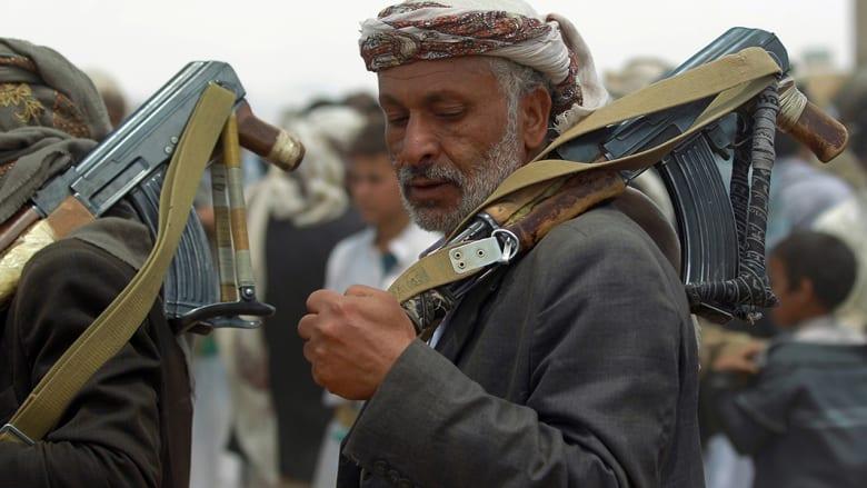 مسن من مؤيدي الحوثي يشارك في تجمع للحوثيين.