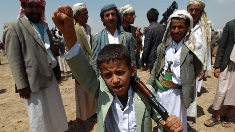 صبي من أنصار الحوثيين يهتف خلال مظاهرة في صنعاء.