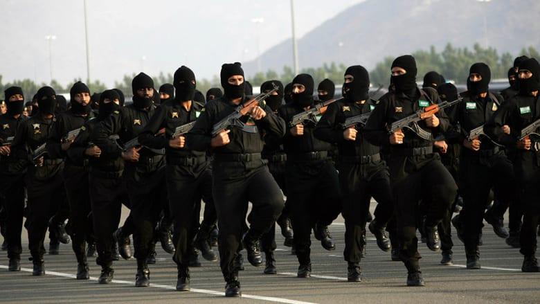 عناصر من القوات السعودية الخاصة يشاركون في عرض استعراضي بمكة.