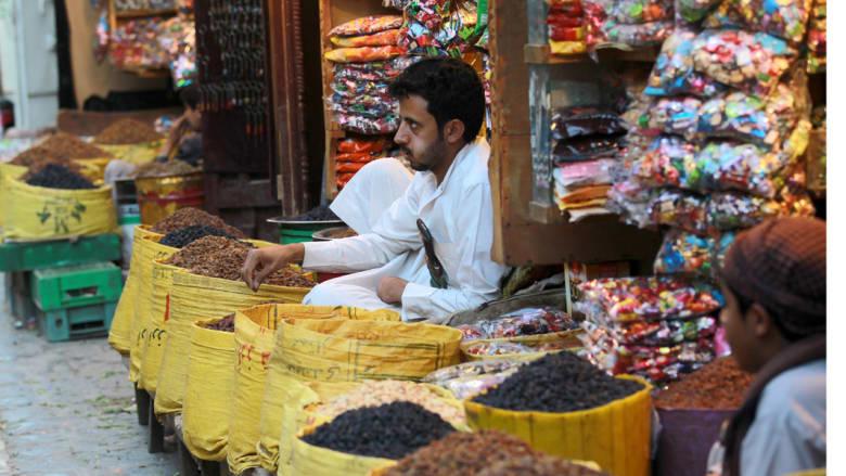تاجر يمني في أحد محلات الحلويات في سوق صنعاء القديمة ، 30 مارس آذار 2015