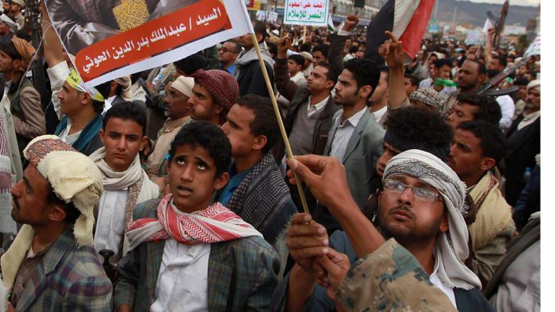 """يمنيون في مظاهرة مؤيدة لعبدالملك الحوثي في صنعاء، بعد بدء غارات """"عاصفة الحزم"""" 26 مارس/ آذار"""