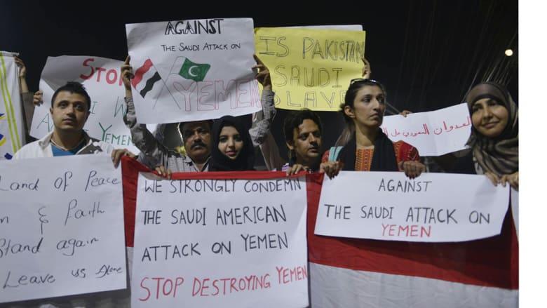"""باكستانيون ويمنيون يتظاهرون مطالبين بوقف """"عاصفة الحزم""""، مدينة لاهور الباكستانية 3 أبريل/ نيسان 2015"""