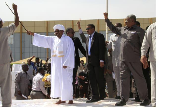 """الرئيس السوداني عمر حسن البشير، لدى عودته من قمة شرم الشيخ إلى مطار الخرطوم، حيث أعلن إرسال قوات برية وطائرات للمشاركة في تحالف """"عاصفة الحزم"""" الذي تقوده السعودية 29 مارس/ آذار 2015"""