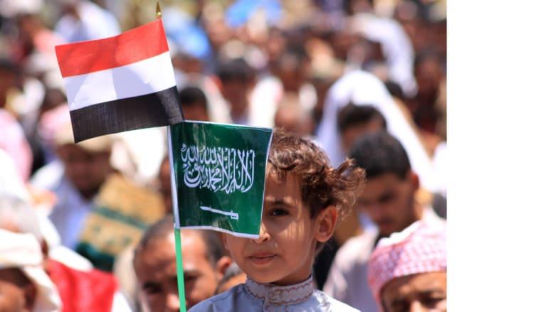 طفل بين المتظاهرين في تعز يرفع العلمين السعودي واليمني، 27 مارس/ آذار 2015