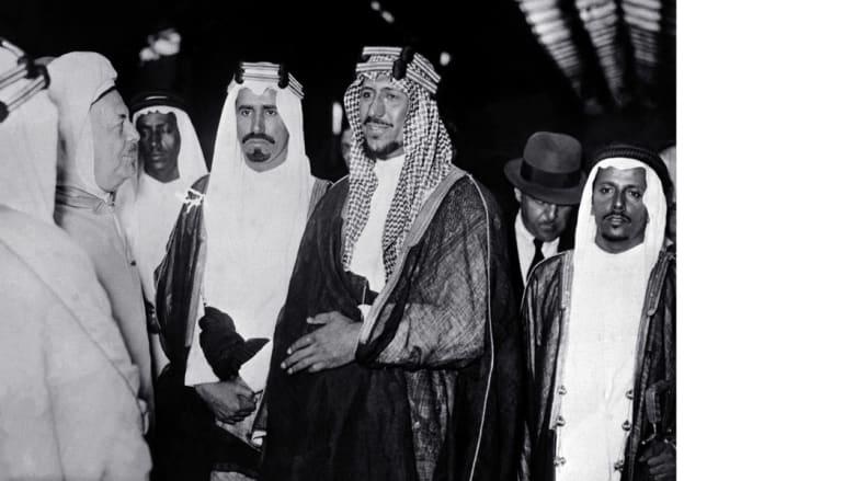 الملك سعود بن عبدالعزيز (وسط) ولد في 9 نوفمبر/ تشرين الثاني 1902، وخلف والده عبدالعزيز في حكم المملكة 1953