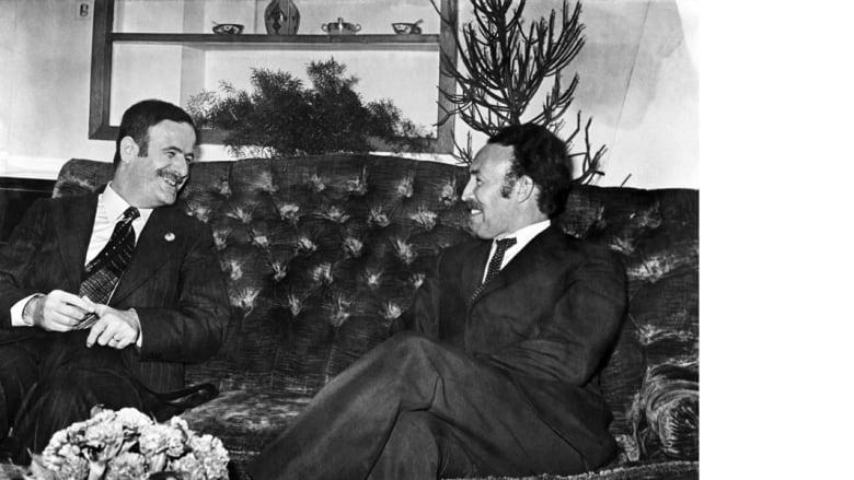 صورة للرئيس الجزائري (يمين) التقطت عام 1973 مع الرئيس السوري حافظ الأسد، 1973