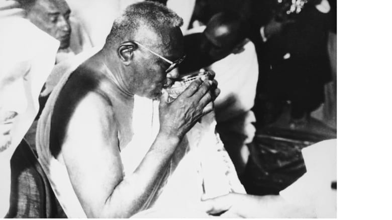 أول رئيس للسودان بعد الاستقلال إسماعيل الأزهري، يشرب من ماء زمزم خلال الحج في مكة المكرمة، 6 ديسمبر/ كانون الأول 1966
