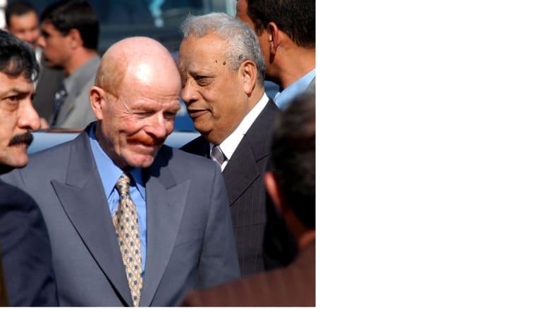 الدوري لدى وصوله إلى شرم شرم الشيخ بمصر، وفي استقباله رئيس الوزراء المصري عاطف عبيد 28، فبراير/ شباط 2003
