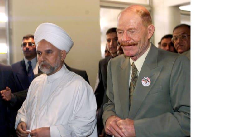 عزة الدوري بعد مؤتمر صحفي مع ممثل وفد ديني سوري بعد إعادة انتخاب صدام حسين بنسبة 100% بتاريخ 16 أكتوبر/ تشرين الأول 2002