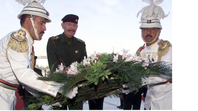 عزة إبراهيم الدوري، في ذكرى انتهاء الحرب مع إيران أمام نصب تكريم قتلى الحرب 8 أغسطس/ آب 2002