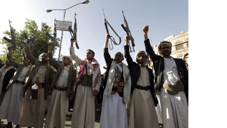 رجال قبائل مؤيدون للحوثي يرفعون السلاح في تظاهرة تندد بعاصفة الحزم بصعناء 16 أبريل/ نيسان 2015