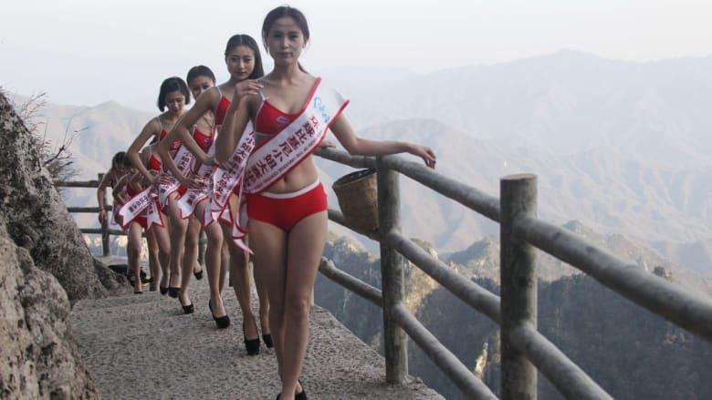 جميلات بالبكيني في تحد للمشي على ارتفاع 2000 متر فوق سطح البحر في إقليم هينان بالصين