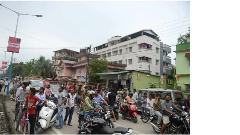 مواطنون هنود تدفقوا إلى الشارع بعد شعورهم بالزلزال، القوي الذي ضرب نبيبال وبلغت شدته 7.9 درجة، مسليغوري، الهند 25 أبريل/ نيسان 2015