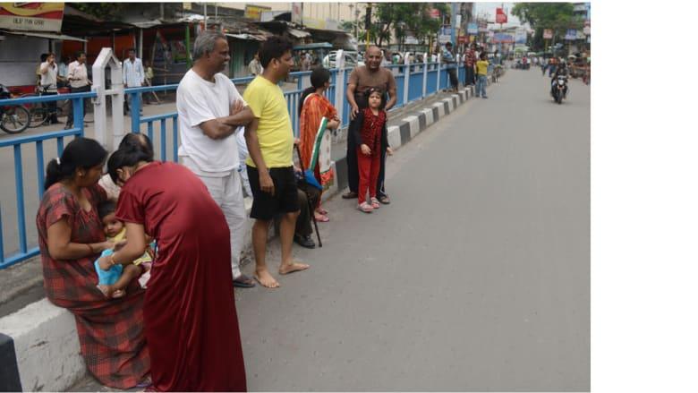مواطنون في الشارع بعد الزلزال سيليغوري، الهند 25 أبريل/ نيسان 2015