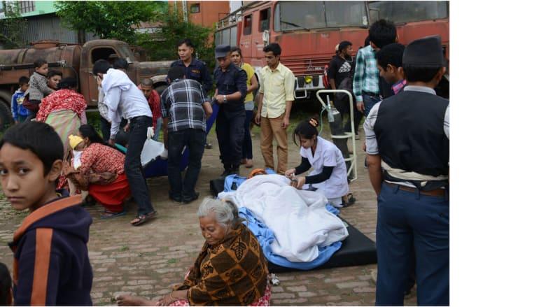العاملون الصحيون في لاليتبور يقدمون المساعدة للمصابين، 25 أبريل/ نيسان 2015