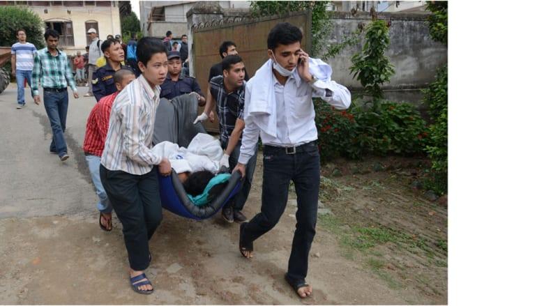 عمال صحيون ينقلون أحد الجرحى، كاتماندو 25 مارس/ آذار 2015