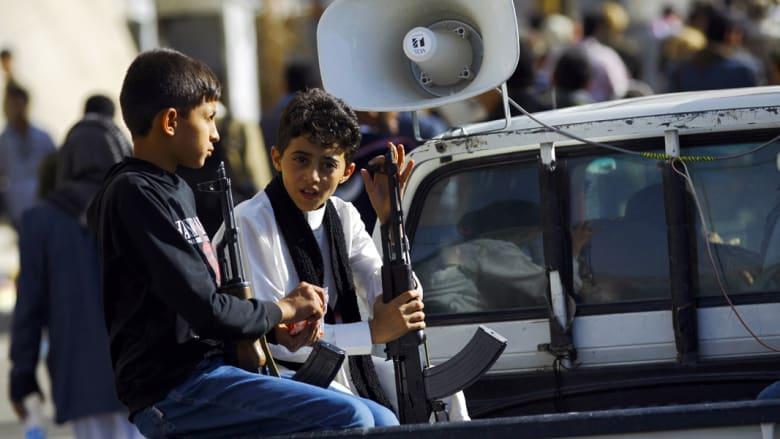 صبيان يمنيان بأسلحتهما في العاصمة صنعاء