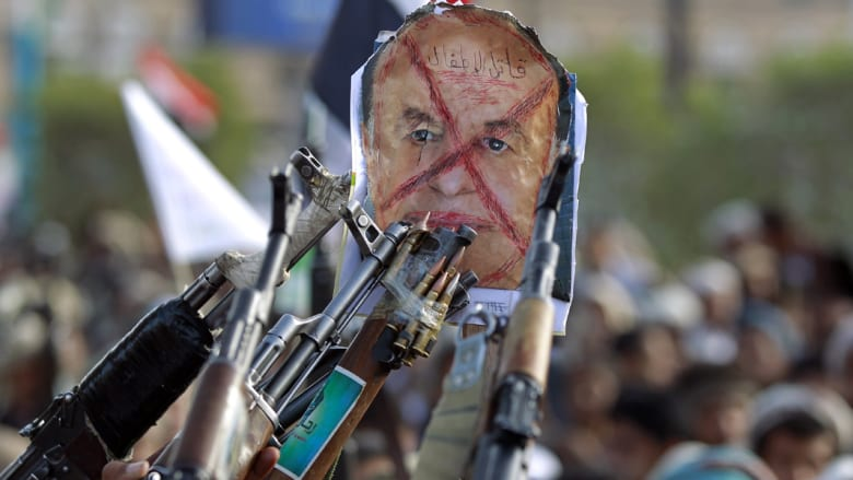 """أنصار الحوثي يرفعون صورة للرئيس اليمني كتب عليها """"قاتل الأطفال"""""""