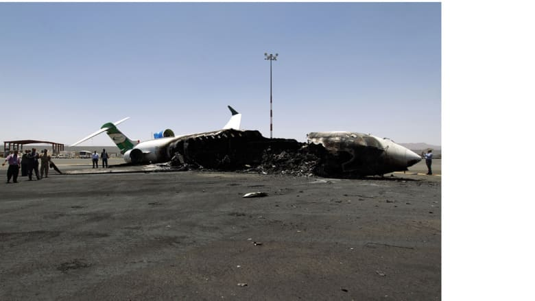 طائرة تابعة لخطوط فيلكس بعد قصفها بغارة جوية في مطار صنعاء الدولي، 29 أبريل/ نيسان 2015، حيث دمرت طائرات التحالف مدرج المطار الذي يسيطر عليه الحوثيون