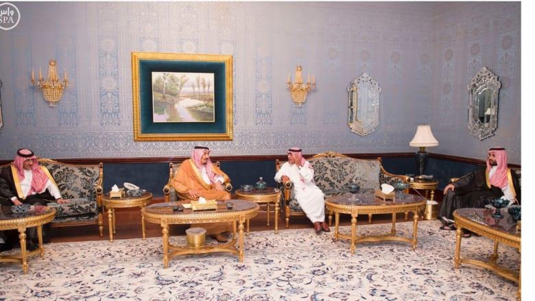 الملك سلمان وولي العهد وولي ولي العهد يزورون الأمير مقرن في قصره بالرياض