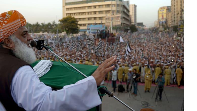 مولانا فضل الرحمن رئيس حزب جمعية علماء الإسلام يلقي خطابا خلال مسيرة مؤيدة للسعودية ولعاصفة الحزم التي تقودها ضد المليشيات الحوثية في اليمن، كراتشي، باكستان 1 مايو/ أيار 2015