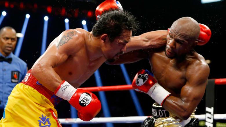 الملاكمان يتبادلان اللكمات