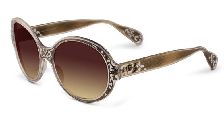 مصممة نظارات دفعها كرهها للنظارات بصغرها للوصول لعيون نجوم هوليوود