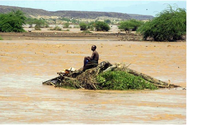 رجل يجلس على بقايا حطام بعد فيضان بسبب الأمطار اجتاح مدينة جيبوتي، أبريل/ نيسان 2004