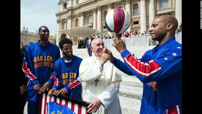 البابا فرانسيس يتلقى درسا في غزل كرة السلة