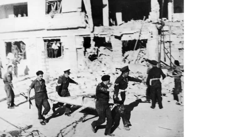 جنود بريطانيون يحملون أحد المصابين باعتداء من قبل مجموعة زافي ليومي الإرهابية، التي قامت بعملية تفجير في القدس قتل فيها 13 شخصا، 1947