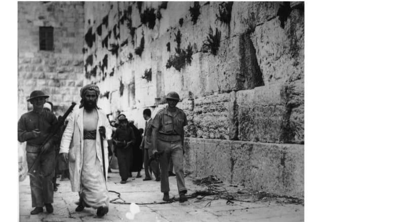 جنود بريطانيون يسيرون إلى جانب حائط المبكي المعروف لدى المسلمين باسم حائط البراق في مدينة القدس