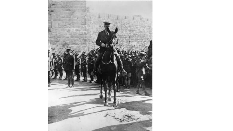 الجنرال البريطاني اللنبي داخل القدس على صهوة حصان بعد دخوله رسميا المدينة المقدسة