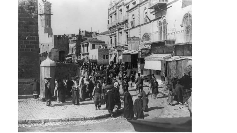 شارع مزدحم في مدينة القدس عند بوابة يافا 1925