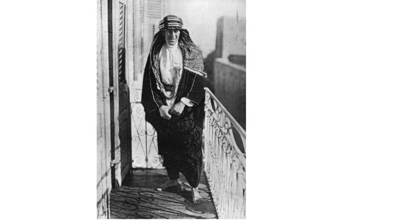 الضابط البريطاني ثوماس إدوارد لورانس المعروف باسم لورانس العرب، في شرفة مقر الحاكم البريطاني في القدسن 1920