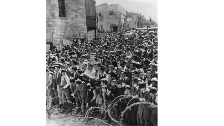 أطقال يقومون بإزاحة الأسلاك الشائكة بعد انتهاء فرض قانون الطوارئ في القدس  21 مارس/ آذار 1947