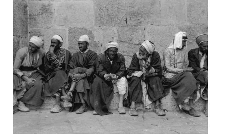 عرب من مواطني القدس، يجسلون عند بوابة يافا في المدينة القديمة 1938