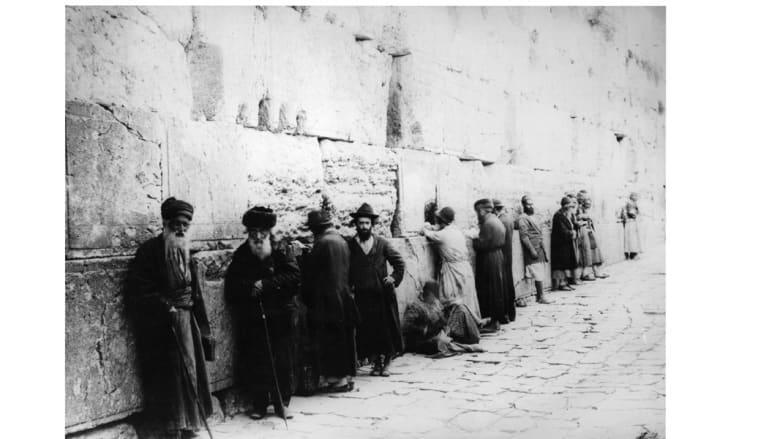 يهود متدينون يؤدون الصلاة عند حائط المبكي المعروف لدى المسلمين باسم حائط البراق