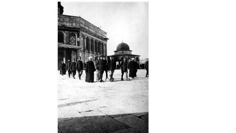 الجنرال اللنبي مع مجموعة من الضباط في حرم المسجد الأقصى، 22 مايو/ أيار 1918