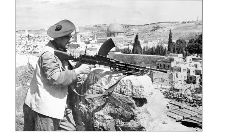 قبل أيام قليلة من انتهاء الانتداب البريطاني على فلسطين، جندي بريطاني يمسك رشاشا من طراز برين الانجليزي، على خط التماس بن العرب واليهود 1948