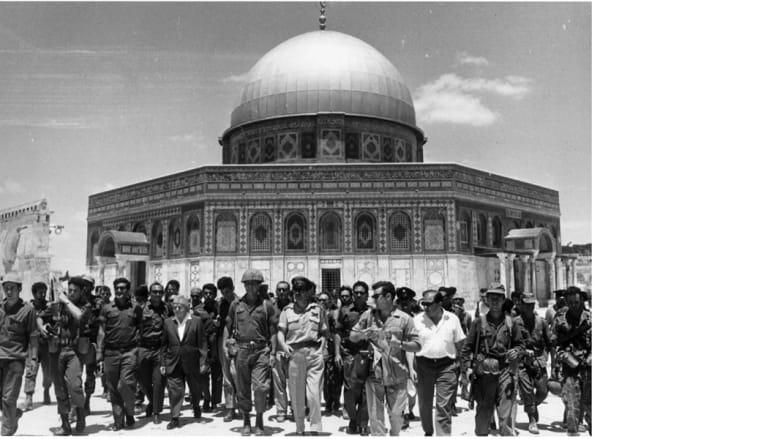 مؤسس إسرائيل ديفيد بن غوريون، وإسحاق رابين مع مجموعة من الجنود الإسرائيليين في حرم المسجد الأقصى بعد احتلال كامل المدينة المقدسة 1967