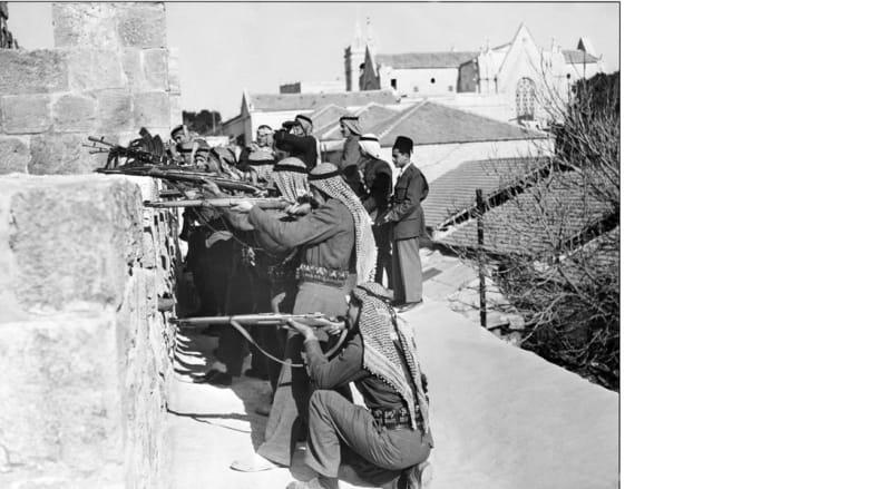 جنود من القوات العربية المشتركة على أسوار القدس يطلقون النار على مقاتلي الهاغاناه اليهود، 6 مارس/ آذار 1948