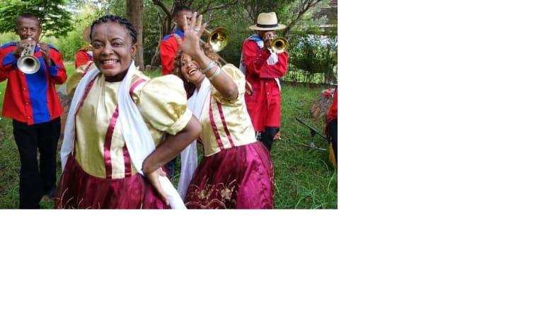 رقصات شعبية تردد فيها الأهازيج باللغة الملغشية المحلية