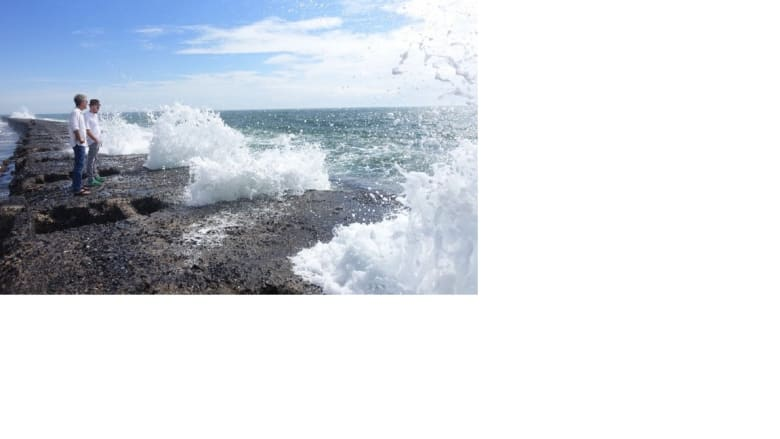 ممشى بحري ترتطم فيه أمو اج المحيط الهندي