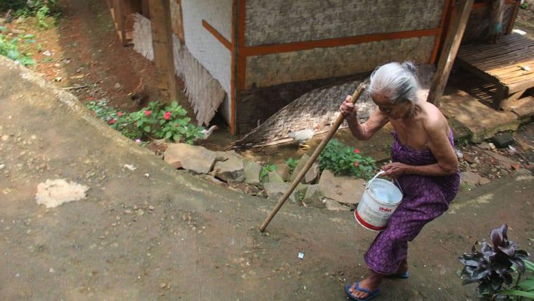 تحمل دلوا في طريقها للاستحمام