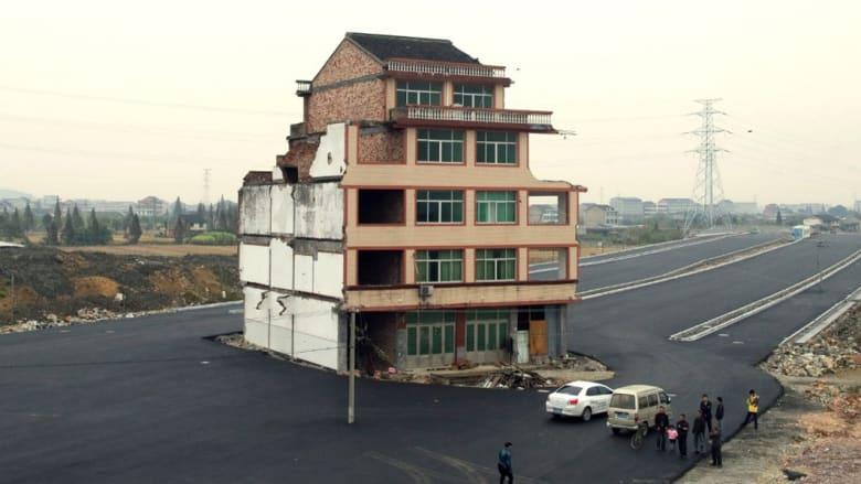 """بالصور: طرقات تلتف حول منازل """"عنيدة"""" رفض أصحابها تركها بالصين"""