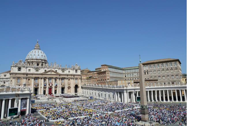 """آلاف المسيحيين يتجمعون في كنيسة سانت بطرس """"باسيلكا"""" في الفاتيكان"""